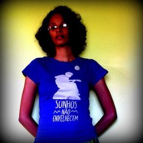 Flávia com a camiseta Camiseta Clube da Esquina
