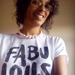 Flávia com a camiseta Fabulous