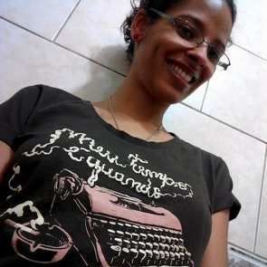 Flávia com a camiseta Camiseta Poetinha