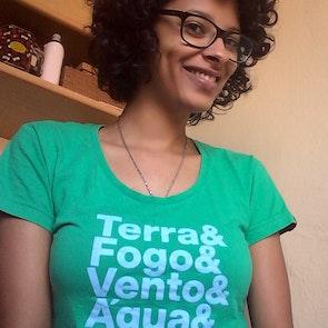 Flávia com a camiseta Camiseta Capitão Planeta