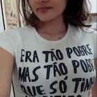 Maria Gabriela  Campos  veste Camiseta Pobreza