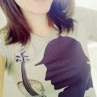 Thamires  Pereira Perrone veste Camiseta Sherlock Holmes