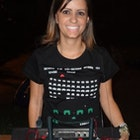 Simone Becho de Campos veste Camiseta Space Invaders