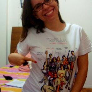 Barbara com a camiseta Camiseta Panis Et Circencis