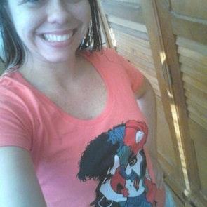 Barbara com a camiseta Camiseta Almodóvar