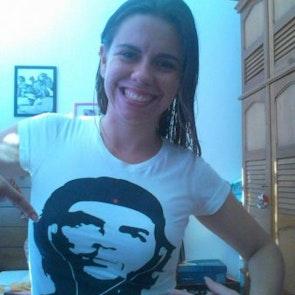 Barbara com a camiseta Camiseta Clichê