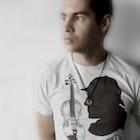 Luis Moraes veste Camiseta Sherlock Holmes