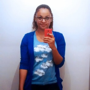 Juliana com a camiseta Camiseta A Culpa é das Estrelas