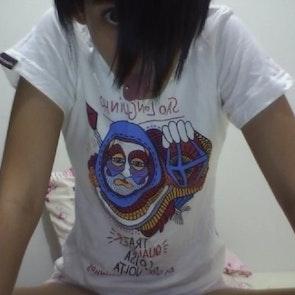 Nágila  com a camiseta Camiseta Devotos de São Longuinho