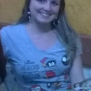 Meriellen com a camiseta Camiseta Pesadelo dos Gamers