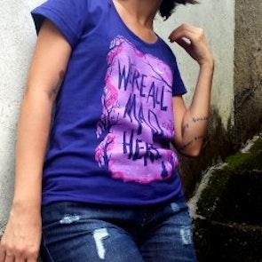 Etiene com a camiseta Camiseta Alice in Wonderland