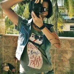 Etiene com a camiseta Camiseta Momento Polaroid