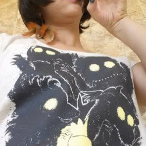 Etiene com a camiseta Camiseta Onde Vivem os Monstros