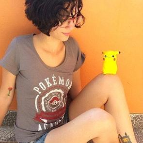 Etiene com a camiseta Camiseta Pokémon University