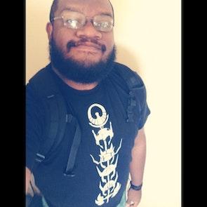 Gabriel com a camiseta Camiseta Os Cavaleiros do Zodíaco
