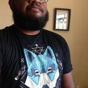 Gabriel com a camiseta Camiseta Wolf