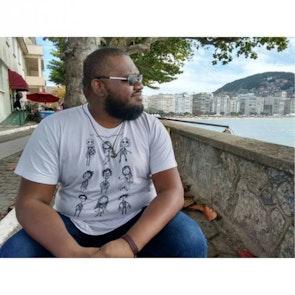 Gabriel com a camiseta Camiseta O Estranho Mundo de Tim
