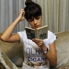 Isabella  Martins de Faria veste Camiseta Capitu