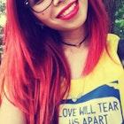 Milena  Aguiar da Silva veste Camiseta Love Will Tear Us Apart