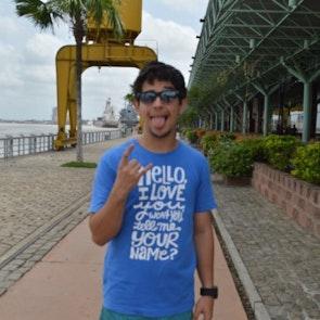 Yago  com a camiseta Camiseta Hello, I Love You