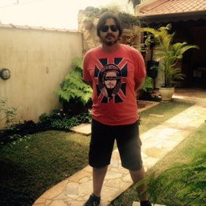 Paulo neto com a camiseta Camiseta God Shave The Queen