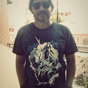 Paulo neto com a camiseta Camiseta Jon Snow