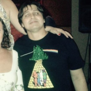 Paulo neto com a camiseta Camiseta The Dark Side Of Oz