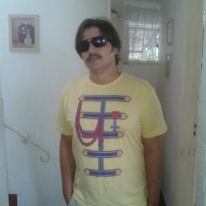 Paulo neto com a camiseta Camiseta Peppers Band