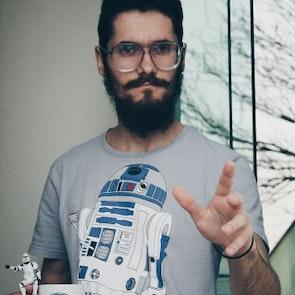 Gustavo com a camiseta Camiseta Coffee Machine
