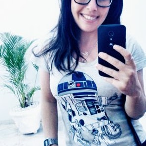 Gizeli cristina com a camiseta Camiseta Coffee Machine