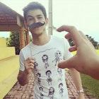 Marcos paulo Melo veste Camiseta O Estranho Mundo de Tim