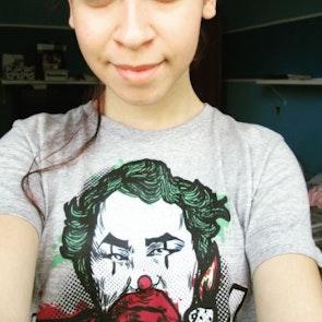 Érica com a camiseta Camiseta Arctic Monkeys