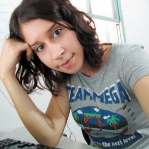 Érica com a camiseta Camiseta Mega Team