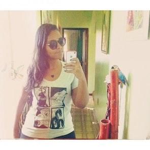 Karine com a camiseta Camiseta Guerra dos Tronos