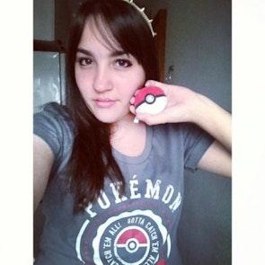 Gabriela com a camiseta Camiseta Pokémon University