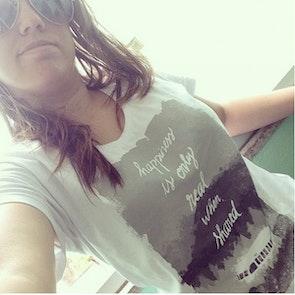 Natália com a camiseta Camiseta Into The Wild