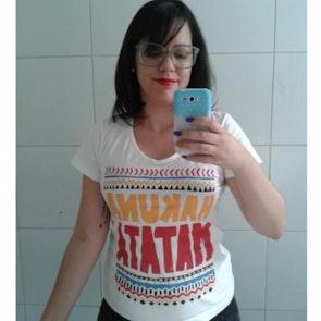 Natália com a camiseta Camiseta Hakuna Matata