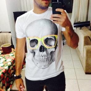 edgar com a camiseta Camiseta Skull