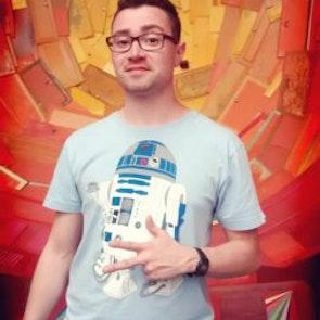Mauricio com a camiseta Camiseta Coffee Machine