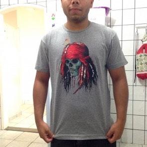 Rodrigo  com a camiseta Camiseta Capitão Jack