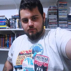 leonardo com a camiseta Camiseta Viajante Estelar