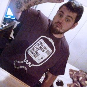 leonardo com a camiseta Camiseta Bolsa de Café