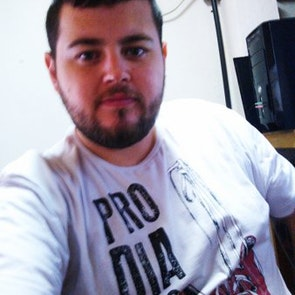 leonardo com a camiseta Camiseta Pro Dia Nascer Feliz