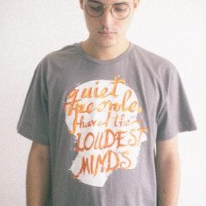 Alan roger com a camiseta Camiseta Quiet People