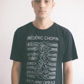 Alan roger com a camiseta Camiseta Chopin