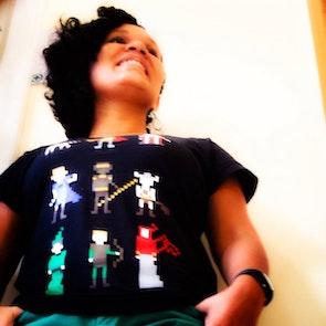 Greyce com a camiseta Camiseta Caverna do Dragão