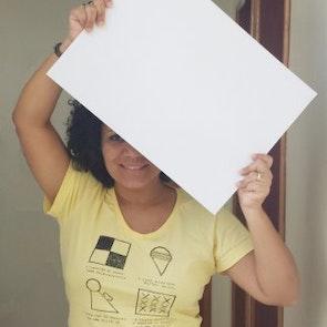 Greyce com a camiseta Camiseta Aula de Desenho