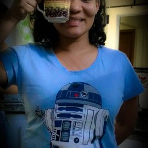 Greyce com a camiseta Camiseta Coffee Machine