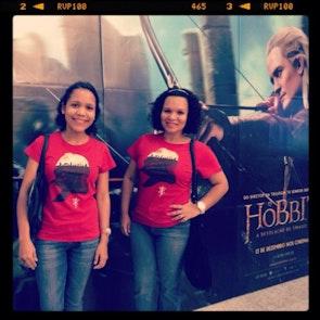 Greyce com a camiseta Camiseta Tolkien