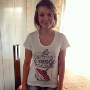 Ketlin com a camiseta Camiseta Disco Voador